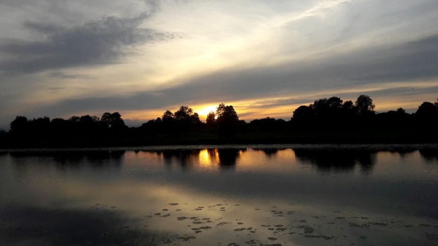 Zachód słońca nad Nogatem z pokładu hausbota