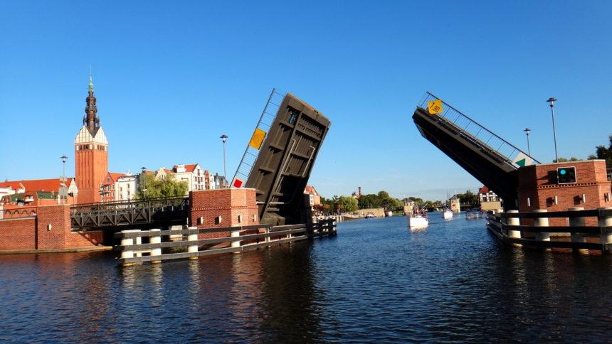 Most zwodzony w Elblągu z pokładu hausbota