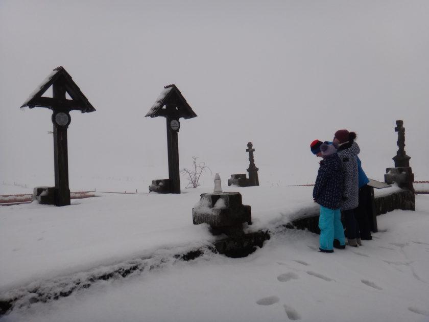 Cmentarz wojenny w Koniecznej zimą.