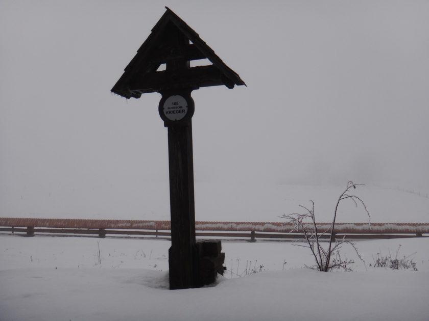 Krzyż na cmentarzu wojennym w Koniecznej.