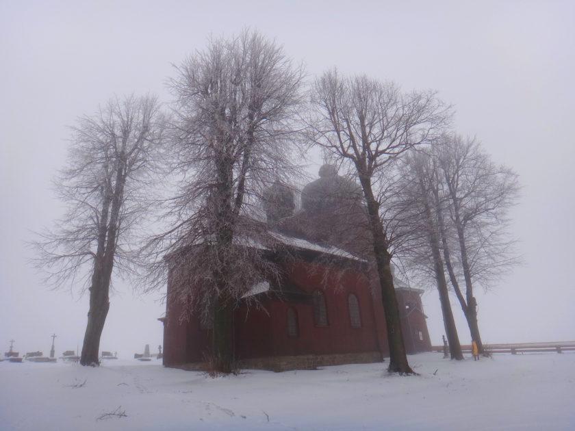Cerkiew w Koniecznej lewituje pośród mgły.