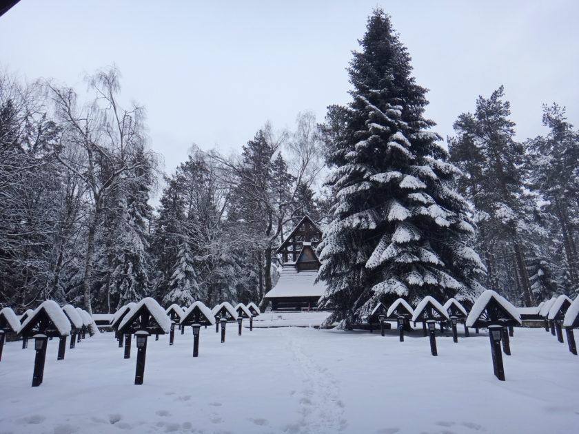 Cmentarz wojenny na Magurze w zimowej szacie.
