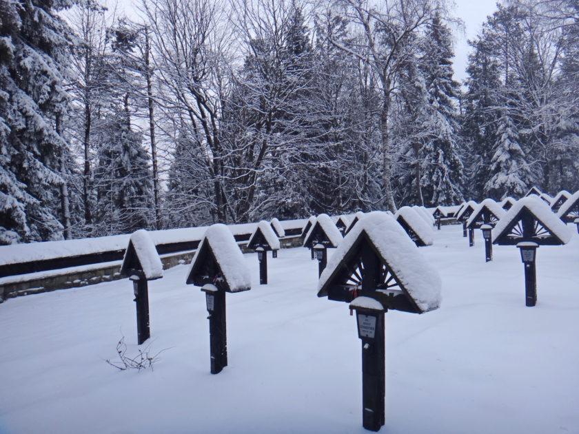Cmentarz wojenny na Magurze zimą.