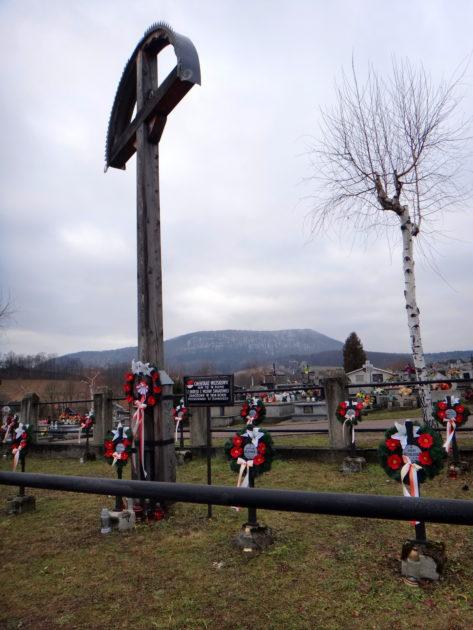 Cmentarz wojenny w Ropie. Z widokiem na Chełm.