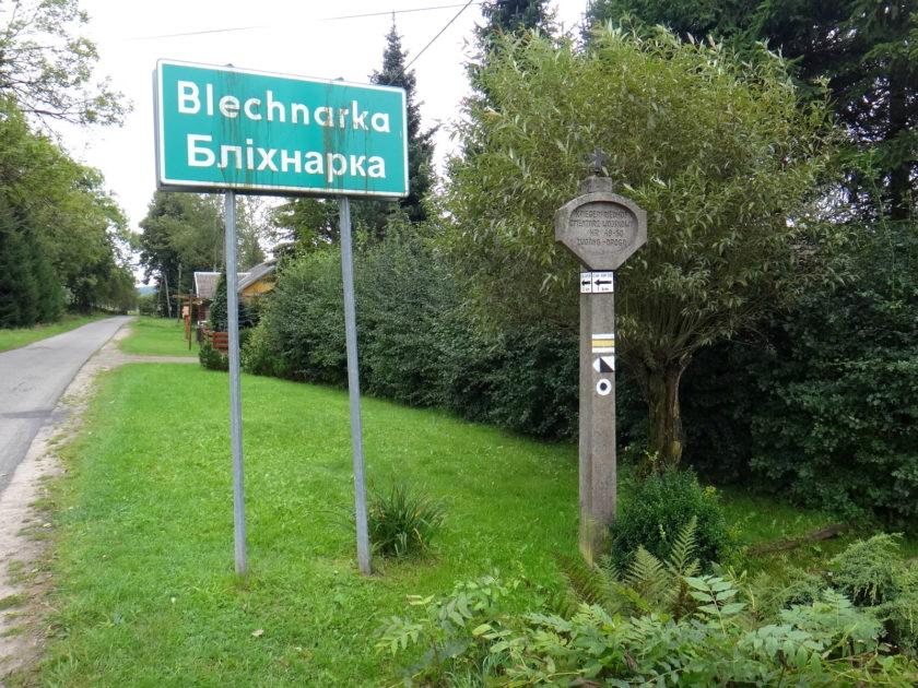 Blechnarka. Oznaczenie dojścia do cmentarza wojennego na Wysocie.