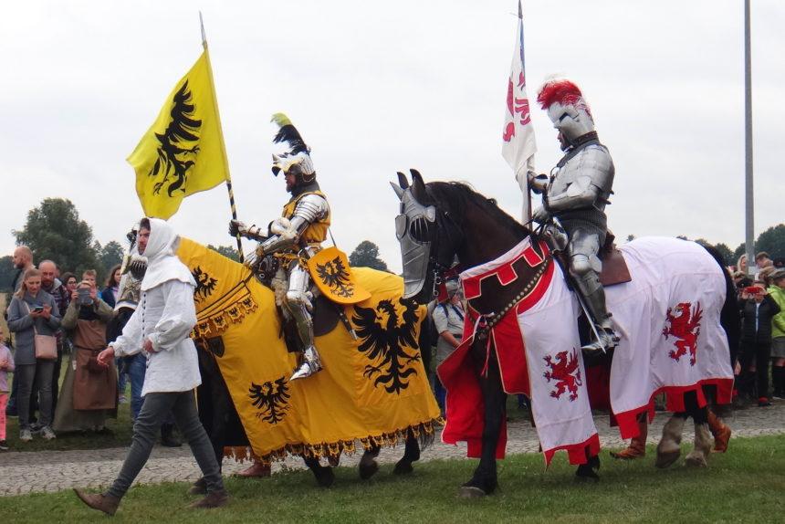 Inscenizacja bitwy pod Grunwaldem. Krzyżackie poselstwo wiezie dwa nagie miecze.