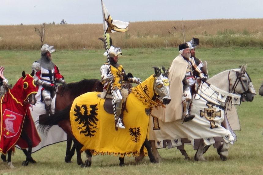 Inscenizacja bitwy pod Grunwaldem. Rycerstwo zmierza na pole bitwy.