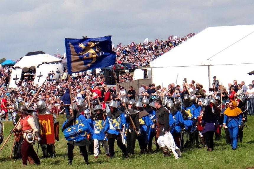 Inscenizacja bitwy pod Grunwaldem. Chorągiew pod znakiem złotego lwa.