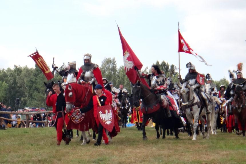 Inscenizacja bitwy pod Grunwaldem. Wojsko polskie z Jagiełłą na czele.