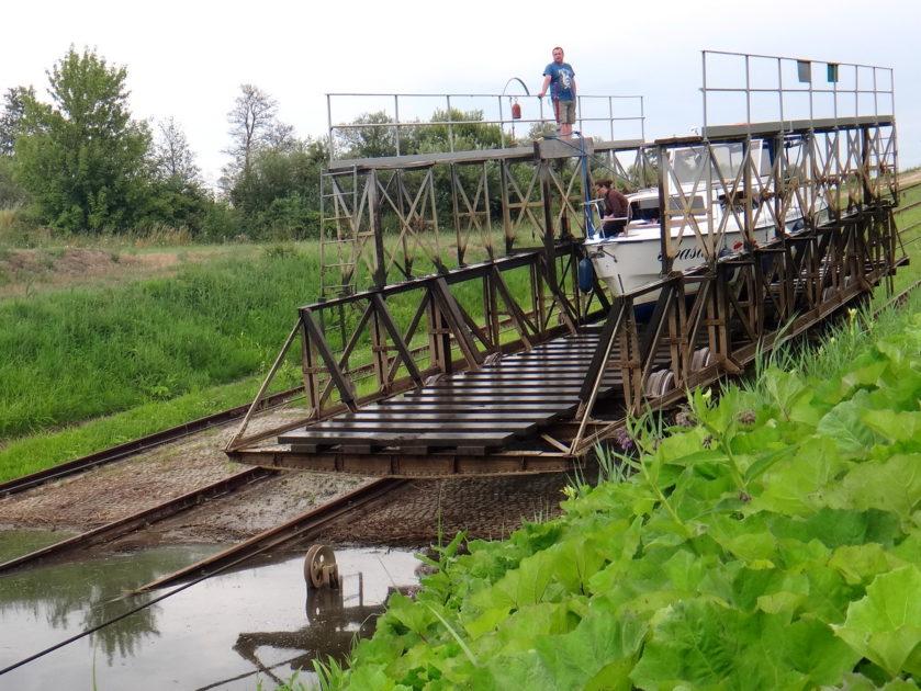 Przejście przez pochylnie - etap 6. Spływamy z wózka na wodę.