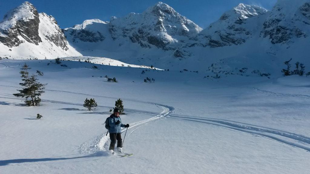 Zjazd na skiturach z przełęczy Karb w stronę Hali Gąsienicowej.