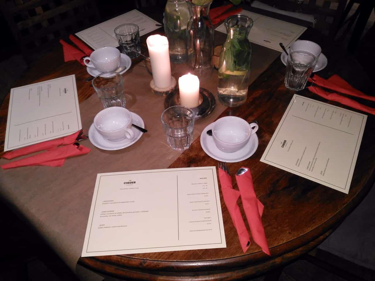 Nakryty do szabatowej kolacji stół w kawiarni Cheder.