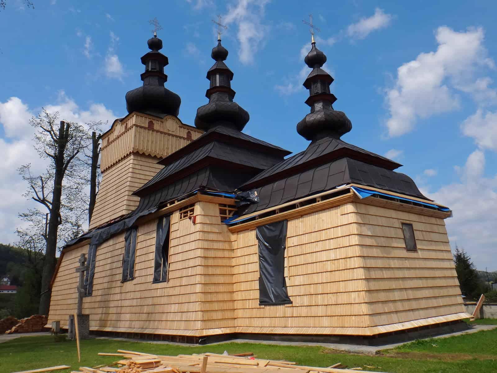 Prace przy renowacji ścian cerkwi w Wysowej.