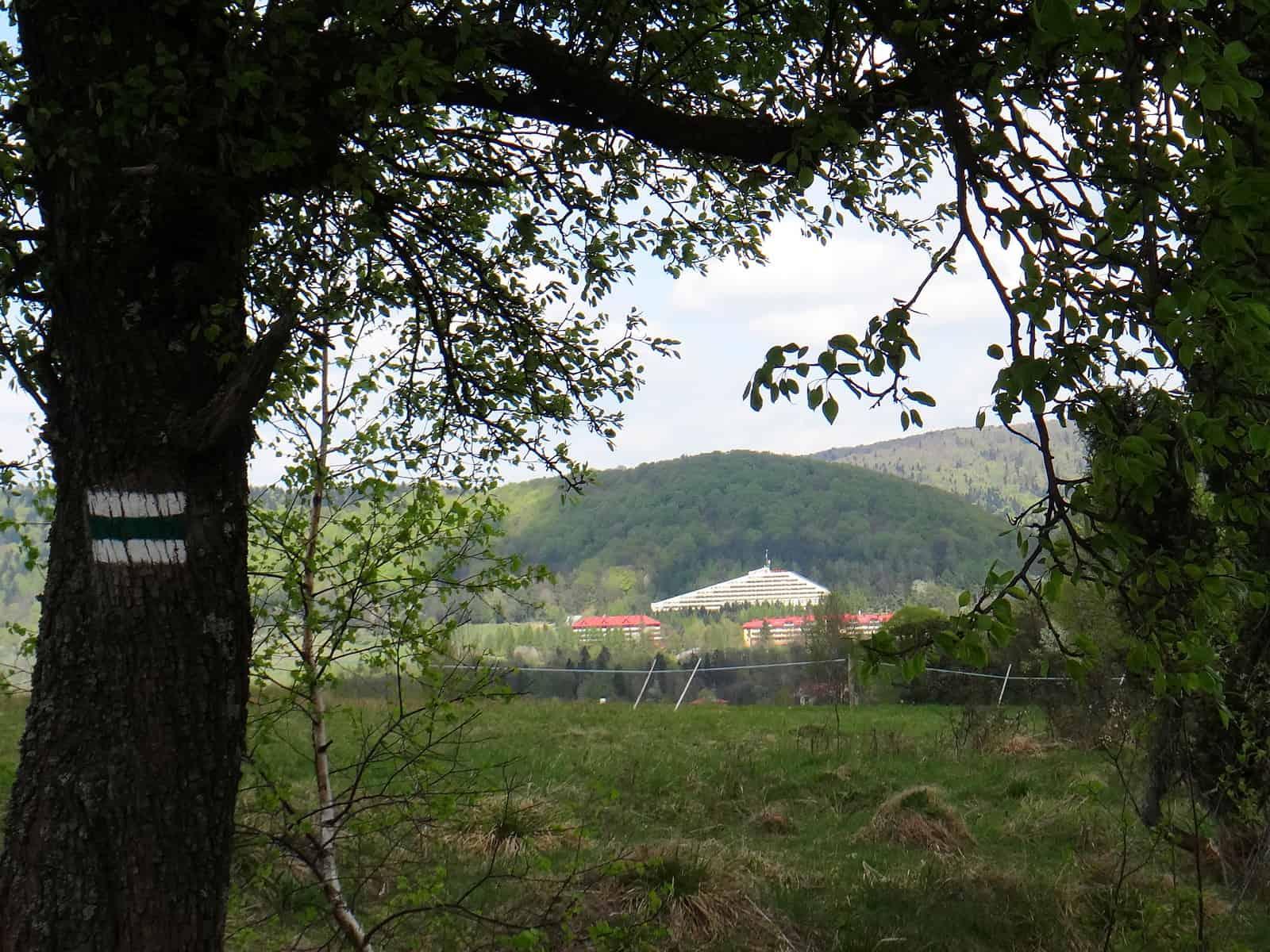 Widok na dom wczasowy Biawena z zielonego szlaku na Cigelkę.