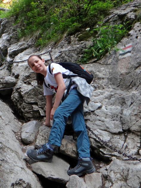 Ania na podejściu z łańcuchami do Jaskini Mylnej.