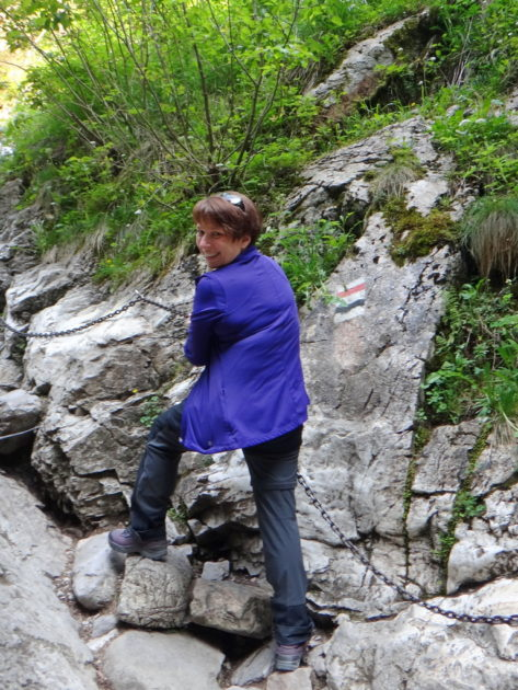Mama na podejściu z łańcuchami do Jaskini Mylnej.