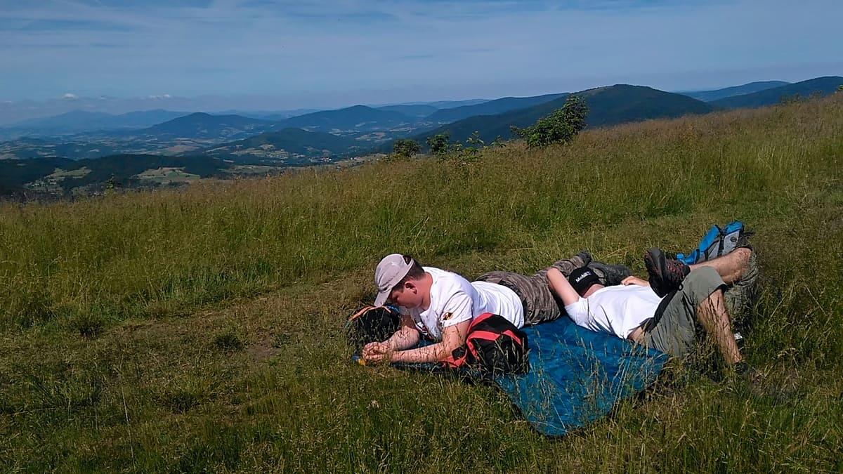 Odpoczynek na polanie podszczytowej pod Mogielicą