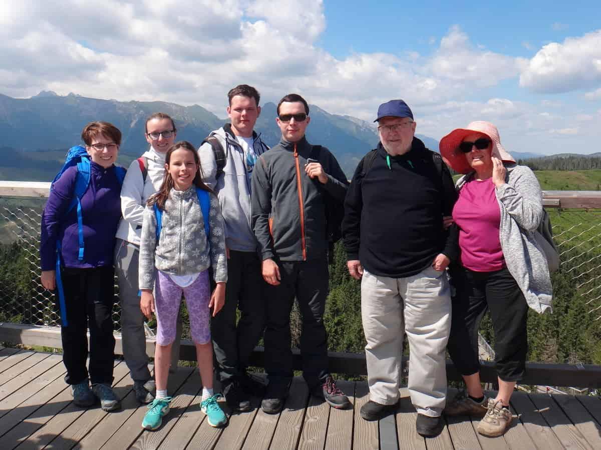 Pamiątkowe zdjęcie rodzinne na wieży widokowej na Bachledce.