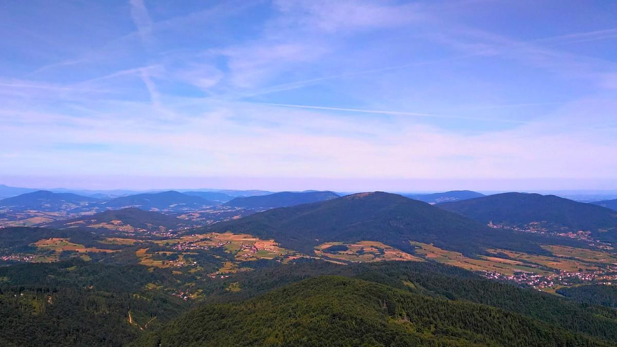 Mogielica oferuje nam piękne widoki. Panorama z wieży widokowej.
