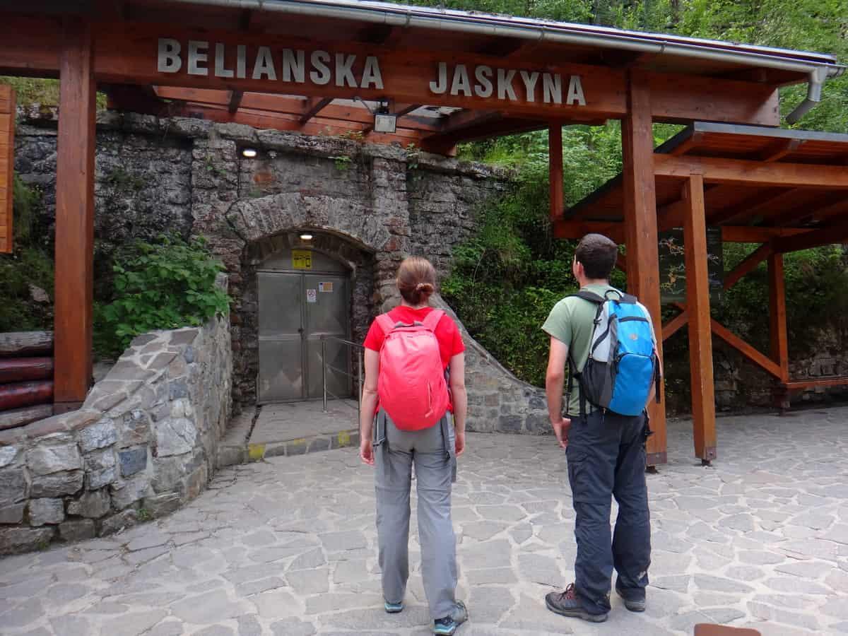 Turyście przed wejściem do Jaskini Bielskiej.
