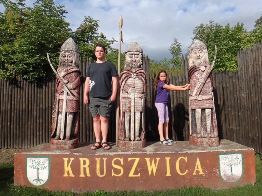 Rzeźby wojów w Kruszwicy.