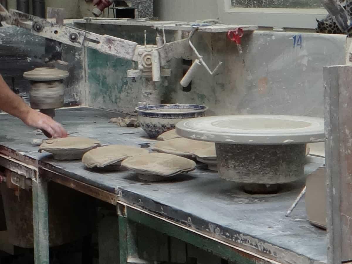 Żywe muzeum Ceramiki w Bolesławcu. Toczenie talerzy.
