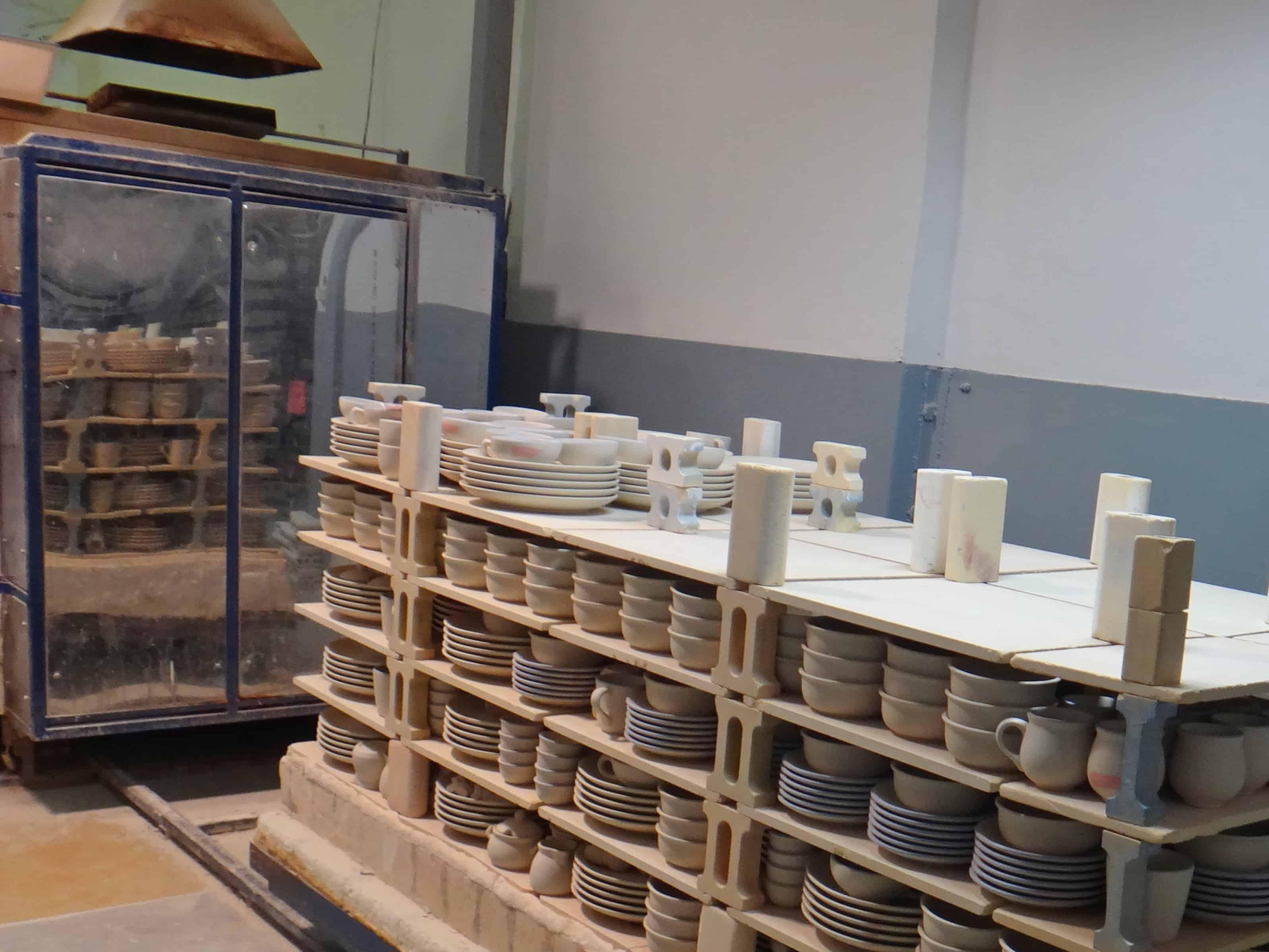 Żywe muzeum Ceramiki w Bolesławcu. Naczynia przygotowane do wypału.