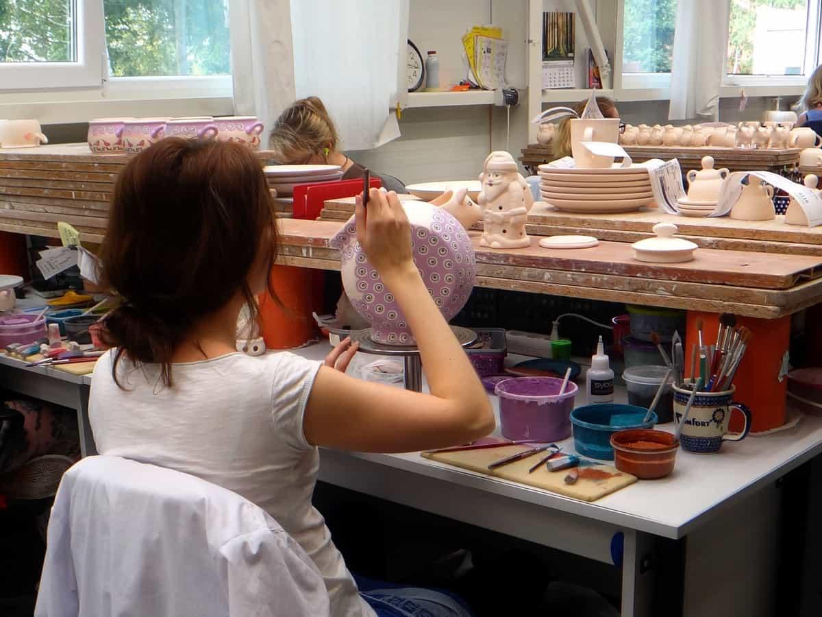 Żywe muzeum Ceramiki w Bolesławcu. Zdobienie ceramiki.