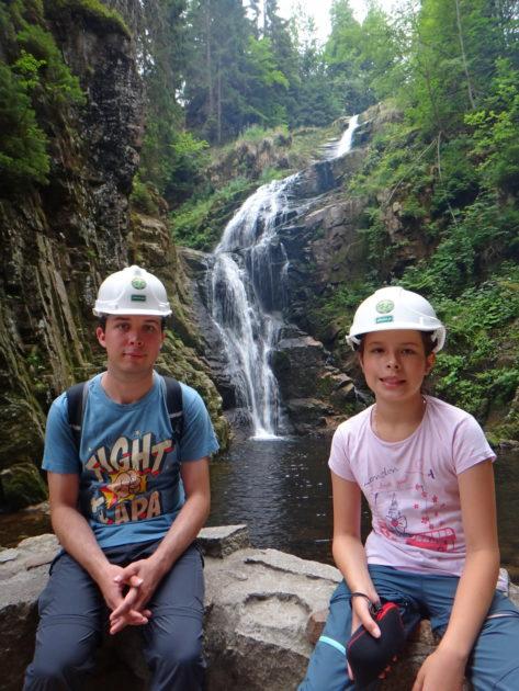 Ania i Kuba pod wodospadem Kamieńczyka.
