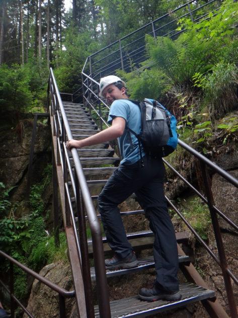 Strome schody prowadzące do wodospadu Kamieńczyka.
