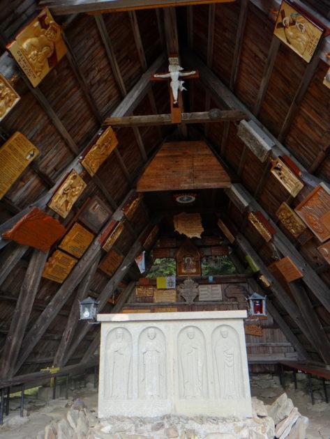 Wnętrze kaplicy Matki Bożej Opiekunki Turystów na Okrąglicy.