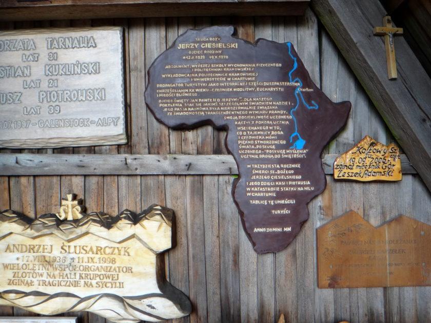 Płaskorzeźby na ścianach kaplicy Matki Bożej Opiekunki Turystów na Okrąglicy.