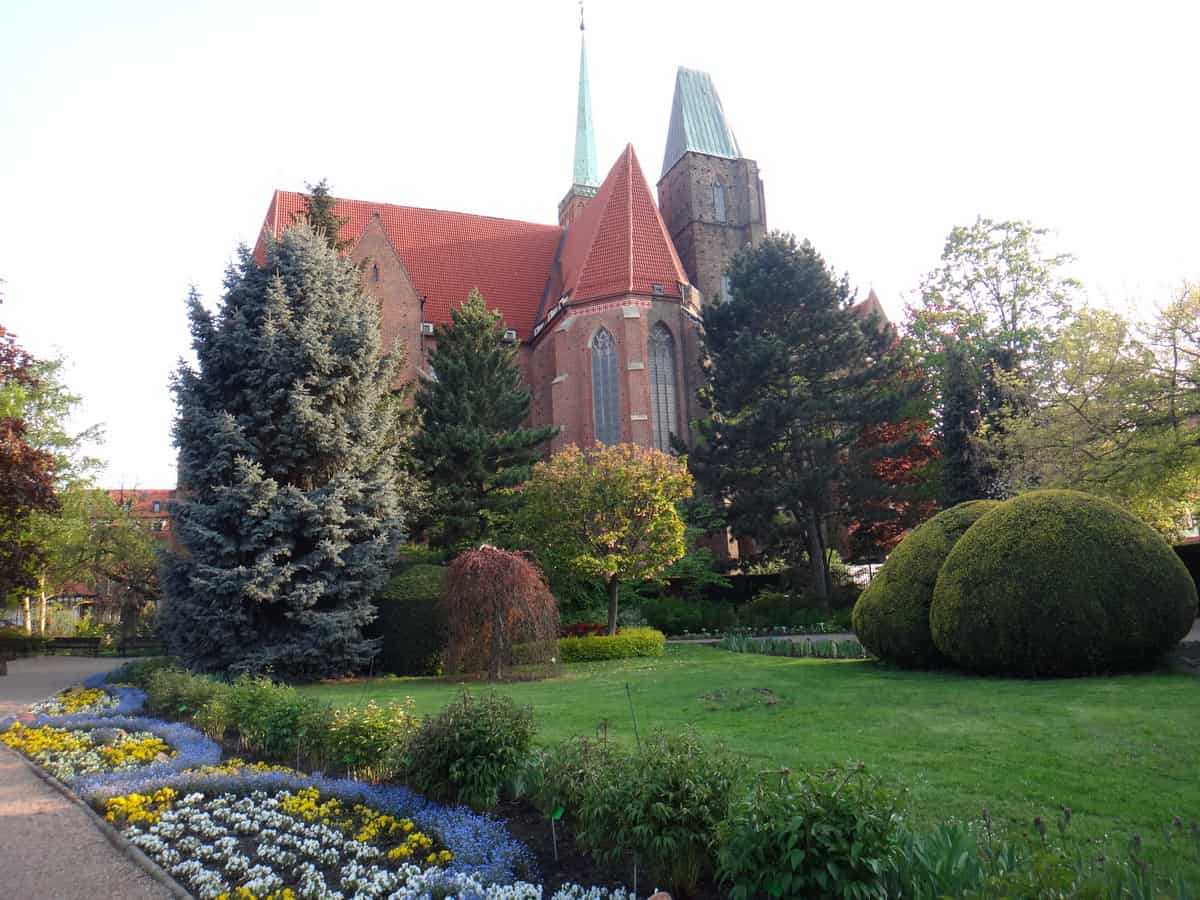 Widok na Katedrę św. Jana z ogrodu botanicznego.