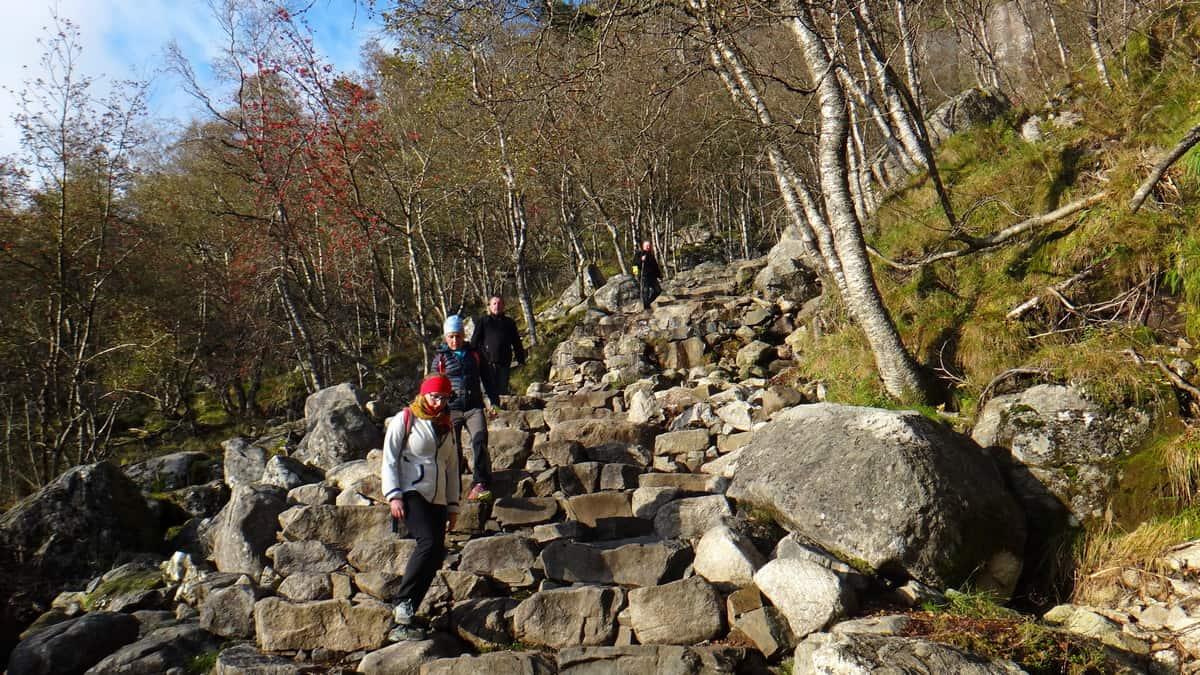 Podejście na Preikestolen po kamiennych stopniach.