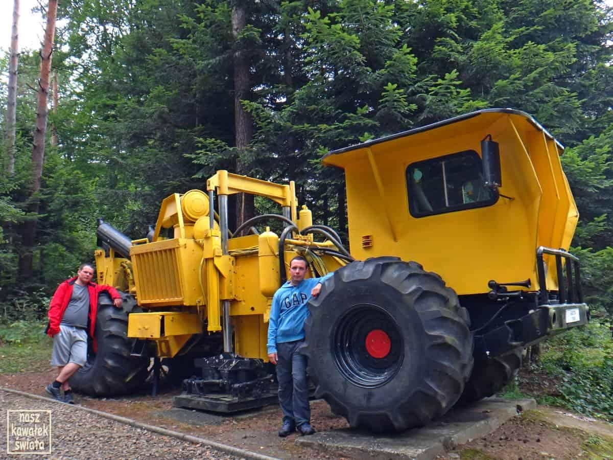 Nowoczesna maszyna do poszukiwań geologicznych ropy i gazu ziemnego w muzeum w Bóbrce.