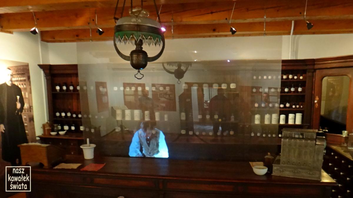 Wnętrze apteki Ignacego Łukasiewicza z hologramem pomocnika aptekarza w muzeum w Bóbrce.