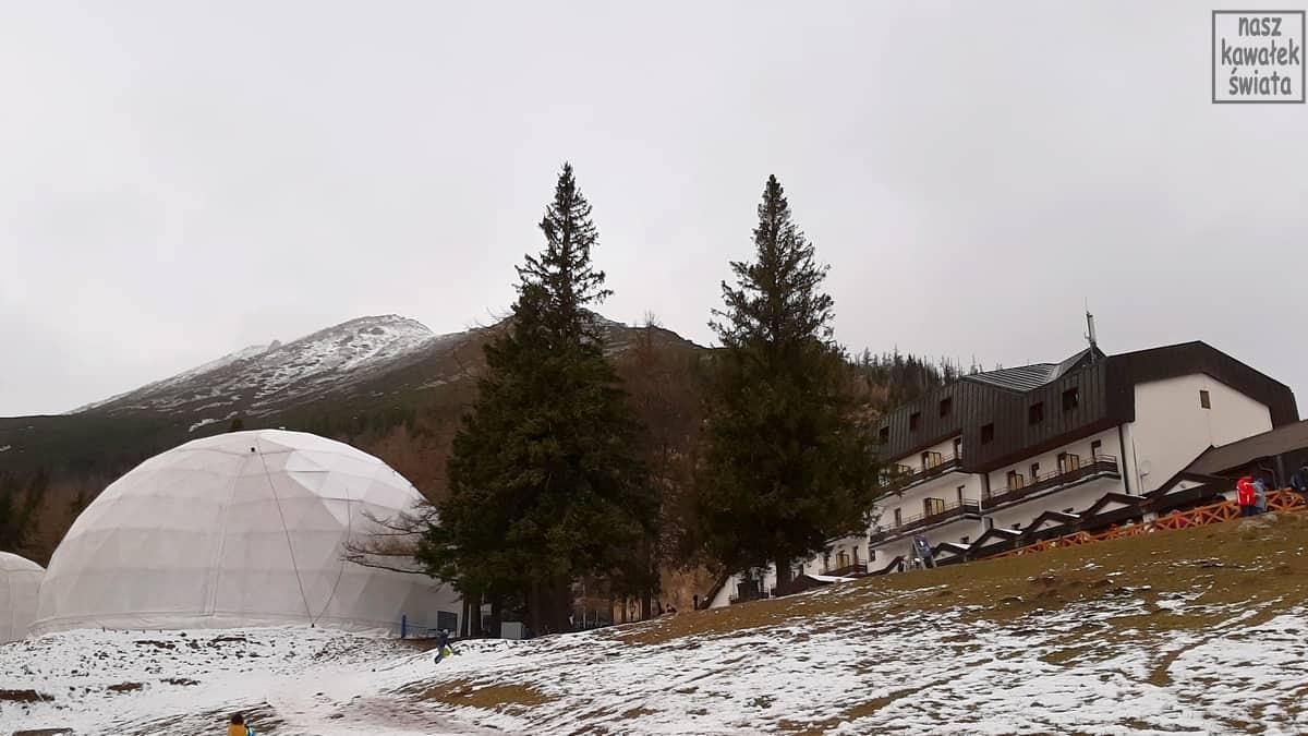 Hotel i iglo z lodową świątynią na Hrebienoku.