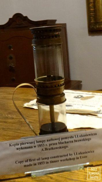 Replika pierwszej lampy naftowej.