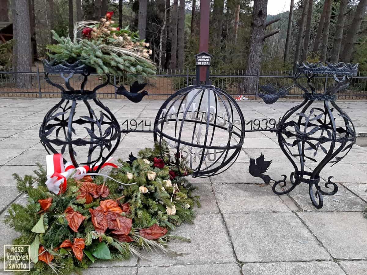 Pomnik na Przełęczy Rydza-Śmigłego.