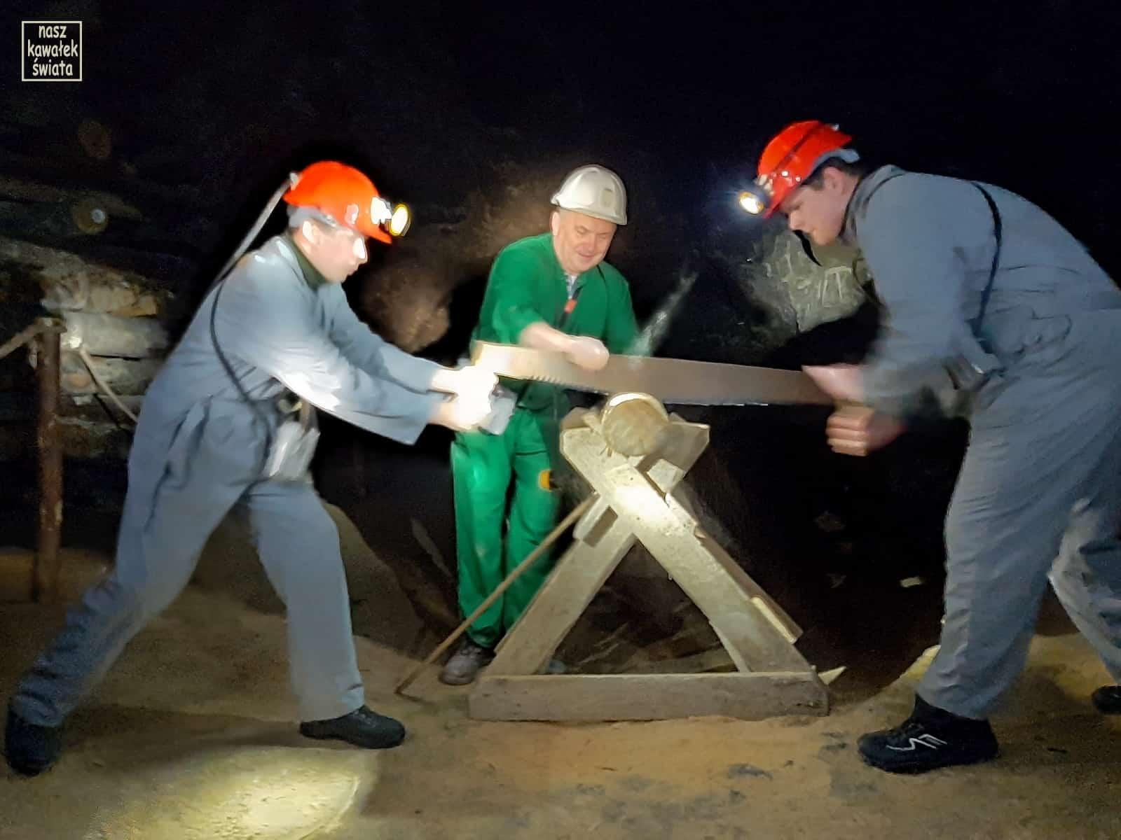 Trasa górnicza w Wieliczce - budowanie kasztu.
