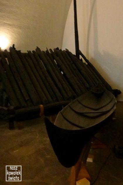 Mniejsza łódź oraz komora grobowa znaleziona w kurhanie w Gokstad. Muzeum Łodzi Wikingów.