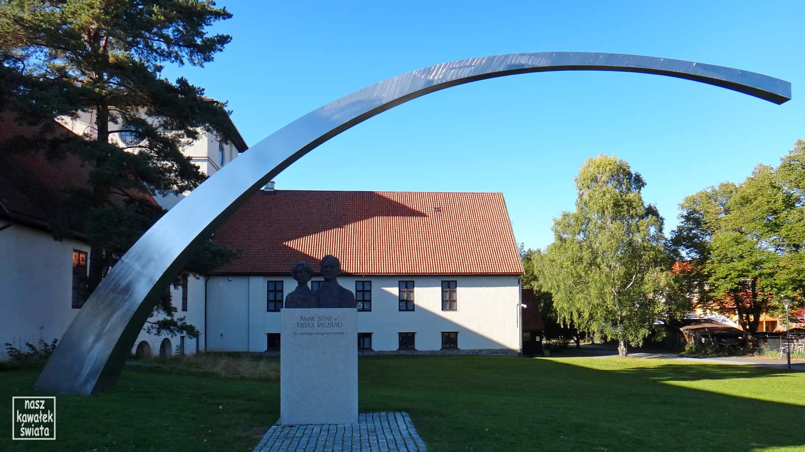 Rzeźba przed budynkiem Muzeum Łodzi Wikingów.