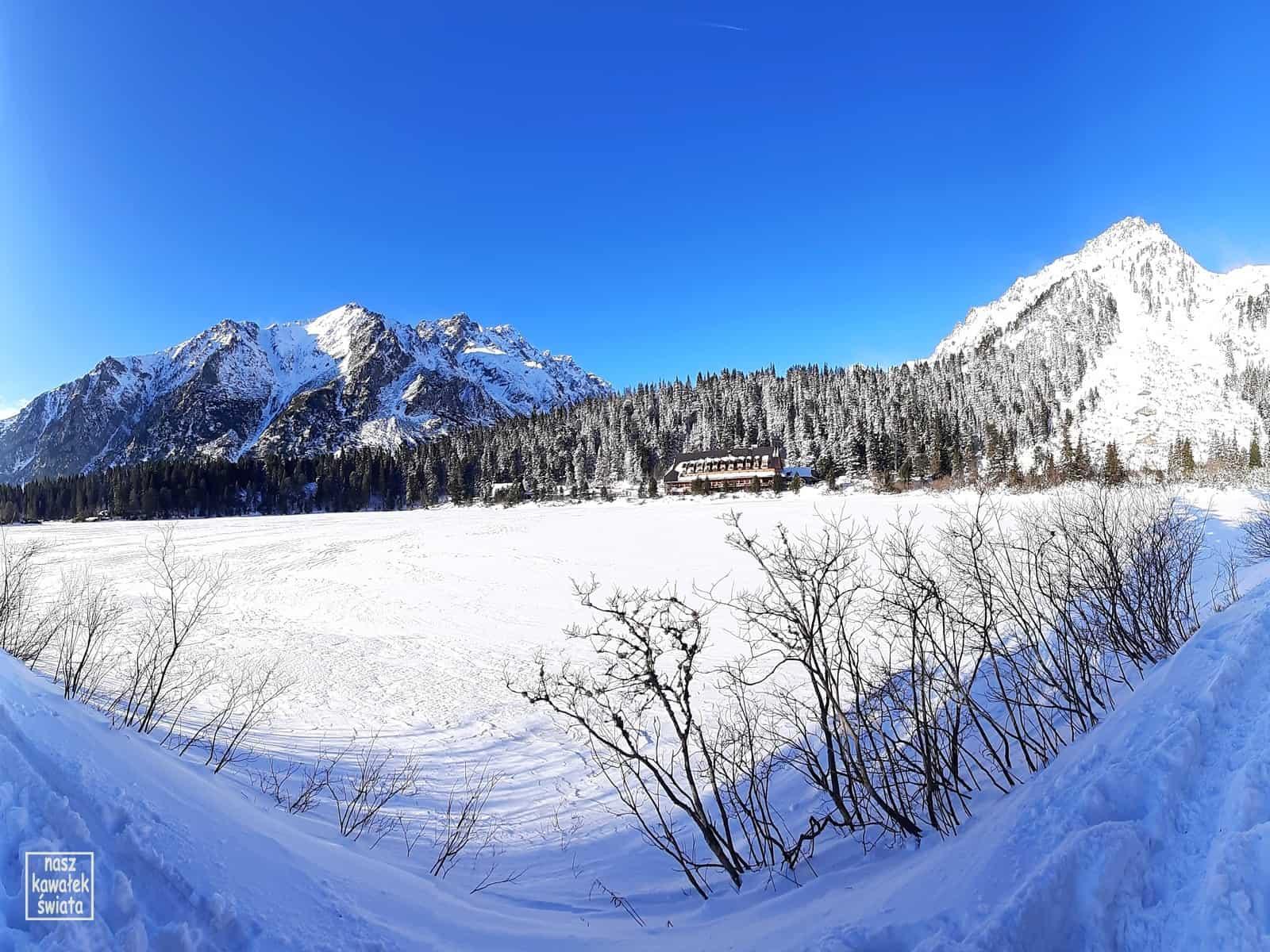Popradzki Staw. Widok z brzegu jeziora na schronisko.
