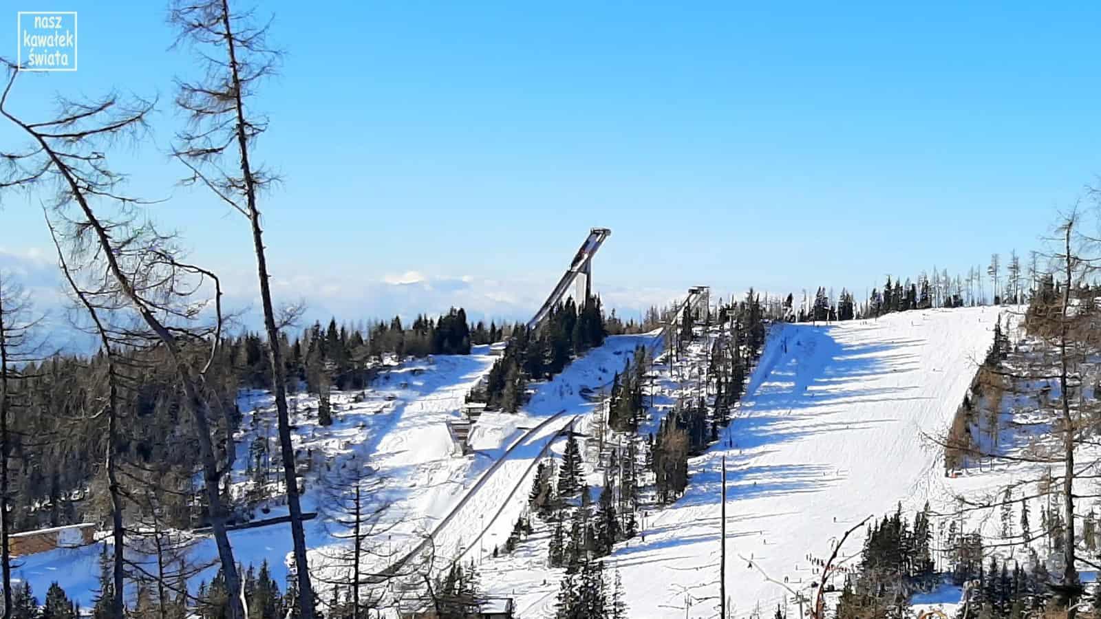 Widok na skocznie narciarskie w Szczyrbskim Jeziorze z czerwonego szlaku.