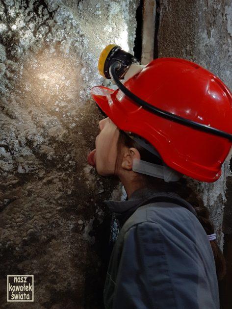 Lizanie ścian w kopalni w Wieliczce.