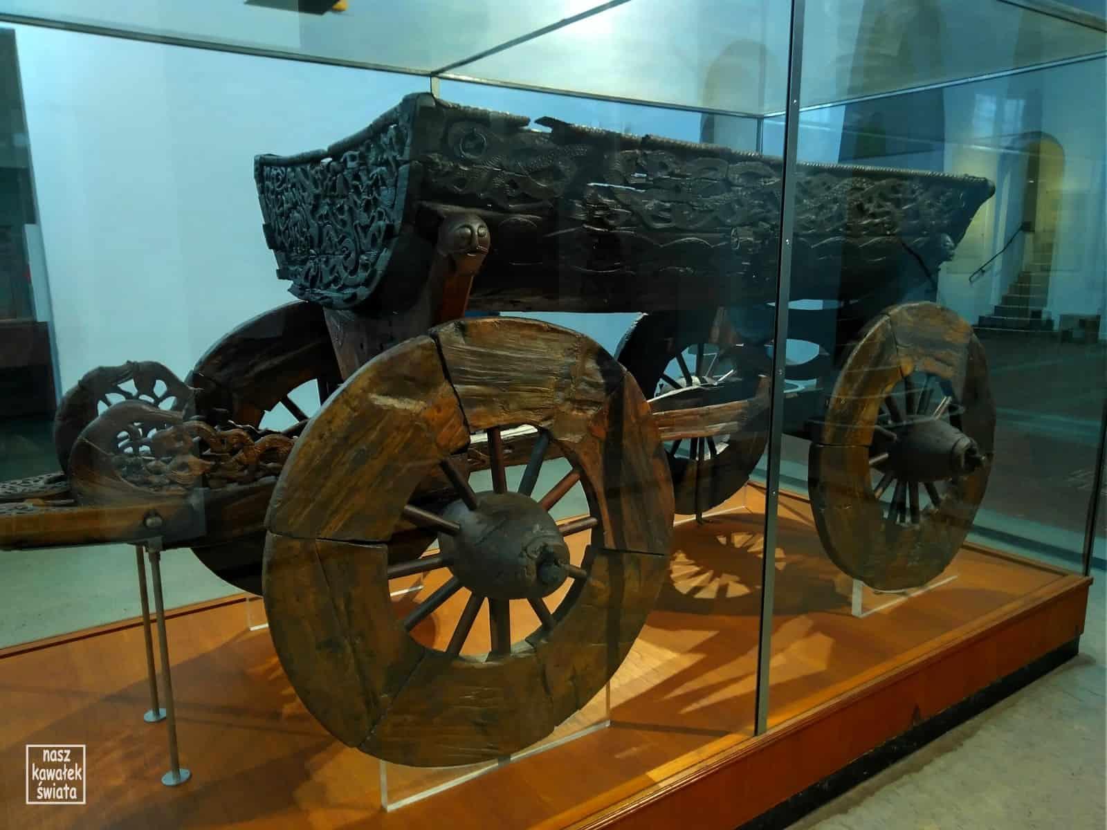 Wóz znaleziony w kurhanie z Osebergu.
