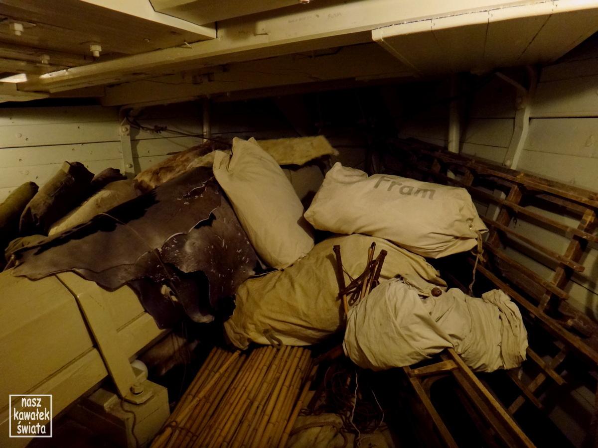 Zapasy pod pokładem statku Fram.