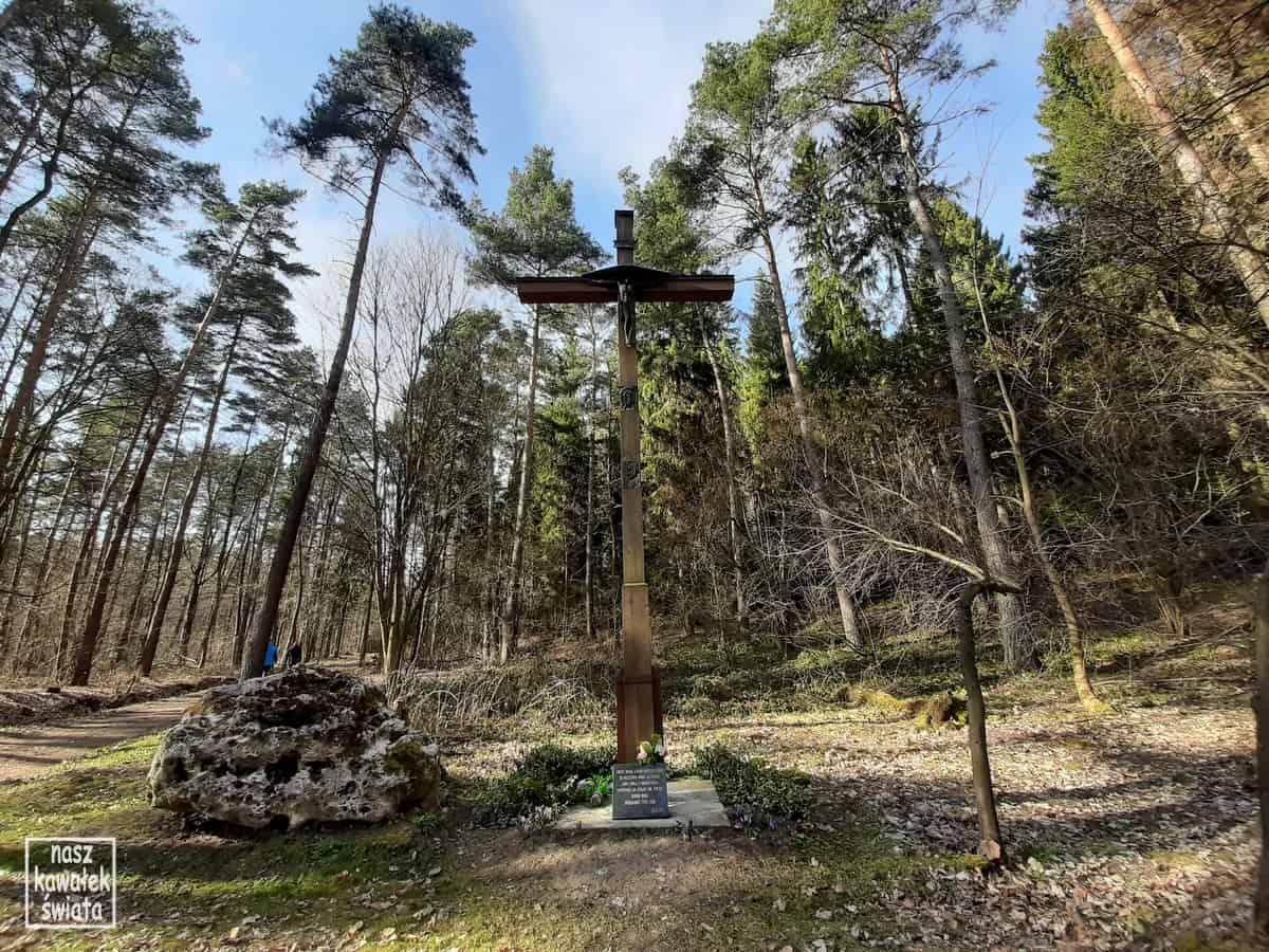 Dolina Wodącej. Krzyż przy parkingu u stóp Grodziska Pańskiego.