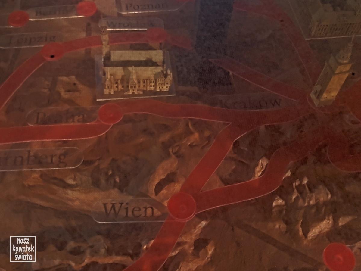 Mapa traktów handlowych przebiegających przez średniowieczny Kraków prezentowana w podziemiach Rynku.