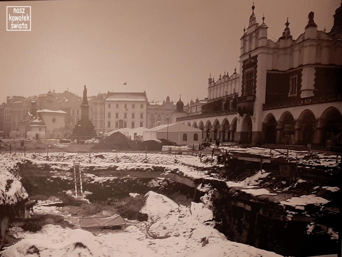Zdjęcie z prac archeologicznych prowadzonych podczas renowacji płyty Rynku w 2005 r.
